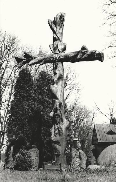 Alfonso Beresnevičiaus sakralinio meno fotografijos kolekcija. Ikonografija. Kryžiai. [Iš storesnio medžio kamieno išdrožtas kryžius,  jo fragmente išskobkta Kristaus skulpūra-Kantaučių kaime / fotografuota Alfonso Beresnevičiaus 1992 m.]. - 1992
