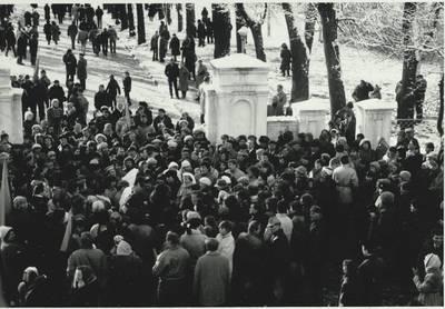 Stasio Adomavičiaus fotografija. Sąjūdis Plungėje 1988-1989. [Po Sąjūdžio mitingo, Plungės centrinės bibliotekos kieme, gausi žmonių minia skirstosi. Plungė, 1988 spalio 30 d. / Stasys Adomavičius]. - 1988