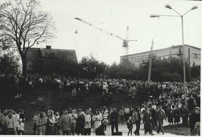 Stasio Adomavičiaus fotografija. Sąjūdis Plungėje 1988-1989. [Sąjūdžio mitingas Plungės miesto Babrungo slėnyje, 1989 m. rugpjūčio mėn. / Stasys Adomavičius]. - 1989