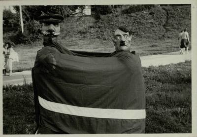 Stasio Adomavičiaus fotografija. Sąjūdis Plungėje 1988-1989. [Stalino ir Hitlerio karikatūros padarytos Plungės sąjūdiečių mitingo metu, 1989 m. rugpjūčio mėn. / Stasys Adomavičius]. - 1989