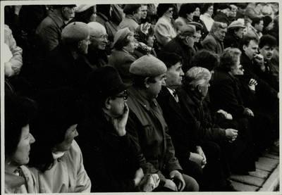 Stasio Adomavičiaus fotografija. Sąjūdis Plungėje 1988-1989. [Sąjūdžio mitingas Plungės miesto Babrungo slėnyje. Pirmoje eilėje (iš dešinės) sąjūdžio dalyviai: Romas Matulis, Vigantas Danilavičius, Laimutė Baltrūnaitė ir kt., 1989 m. rugpjūčio mėn. / Stasys Adomavičius]. - 1989