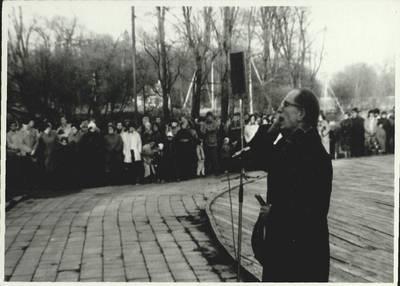 Stasio Adomavičiaus fotografija. Sąjūdis Plungėje 1988-1989. [Sąjūdžio mitingas Plungės miesto Babrungo slėnyje. Kalba Plungės bažnyčios kun. Petras Našlėnas, 1989 m. rugpjūčio mėn. / Stasys Adomavičius]. - 1989
