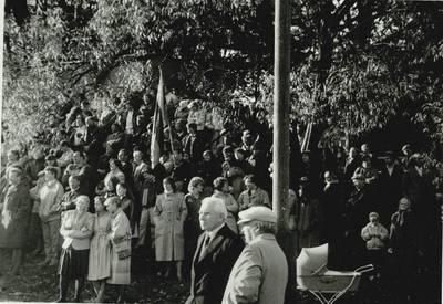 Stasio Adomavičiaus fotografija. Sąjūdis Plungėje 1988-1989. [Sąjūdžio mitingo fragmentas Plungės miesto Babrungo slėnyje, 1989 m. rugpjūčio mėn. / Stasys Adomavičius]. - 1989
