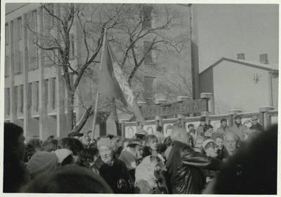 Stasio Adomavičiaus fotografija. Sąjūdis Plungėje 1988-1989. [Sąjūdžio mitingas aikštėje, šalia valdžios pastato ir garbės lentos Plungėje / Stasys Adomavičius]. - 1989