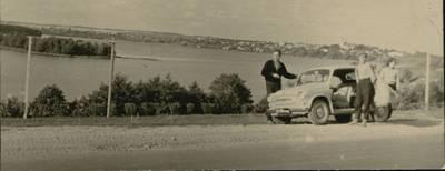Šiaulių precizinių staklių gamyklos turistinių žygių dienoraštis. Ikonografija. Šiaulių precizinių staklių gamyklos auto-moto turistų grupės kelionė automobiliu. Sustojimas prie ežero. 1964 m. / medžiaga paruošė D. Balčiūnas. - 1964