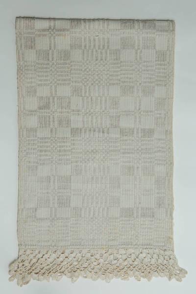 Petronėlė Dumčienė. Lininis, keturnytis rankšluostis, su vąšeliu nertais baltais kutais galuose. 1950