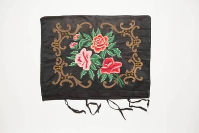 Ona Jokubaitienė. Juodo satino medžiagos pagalvės užvalkalas, siuvinėtas spalvotais siūlais augalų ornamentu. 1950