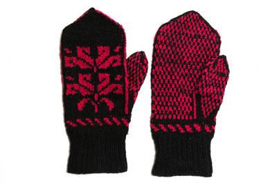 Petronėlė Butkienė. Iš vilnonių siūlų, virbalais megztos pirštinės. Puoštos juodų ir raudonų siūlų tulpių ornamentu. 1980