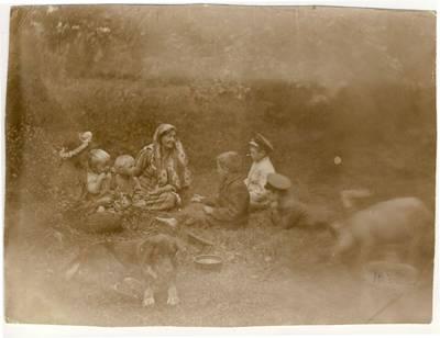 Nežinomas fotografas. Liudvika Didžiulienė-Žmona su vaikais. 1912