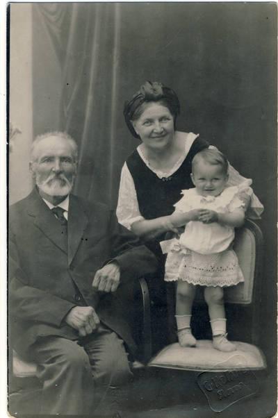 S. Koganas. Stanislovas ir Liudvika Didžiuliai su anūke Liudyte Albrechtaite. 1922-07-04