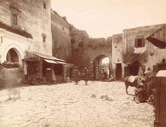 Une porte de l'entrée du souk à Tanger