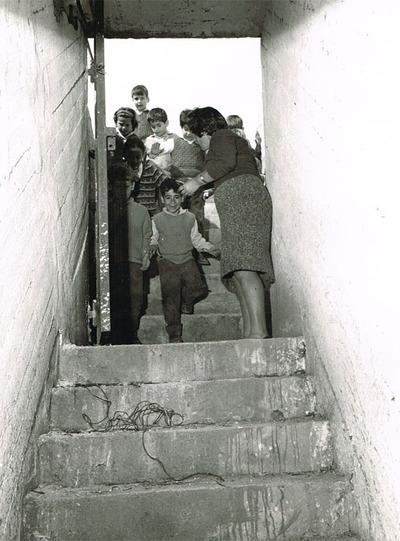 Enfants à l'entrée d'un abri au Kibboutz Hagoshrim