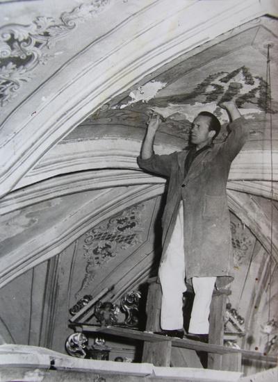 Konservator Viktor Povše v marijagraški cerkvi