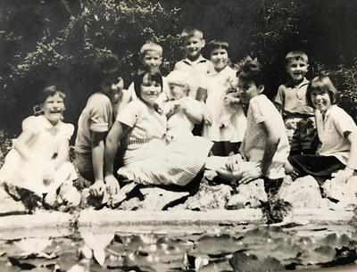 Otroci pred ribnikom