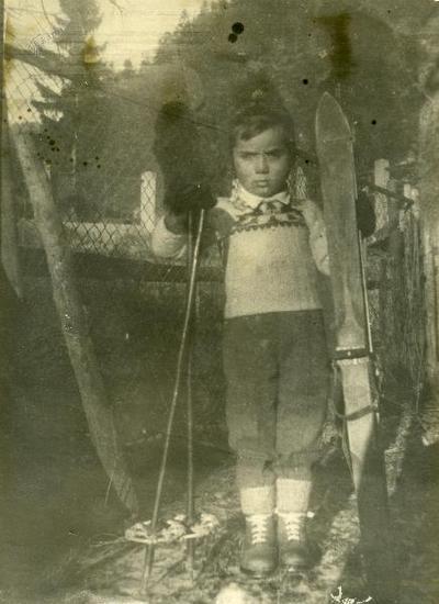 Pavel Smolej s prvimi smučmi v Trebežu, 1950