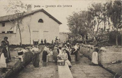 Isola, lavatojo alla fontana