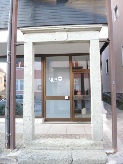 Portal pred stavbo Nove ljubljanske banke v Mozirju