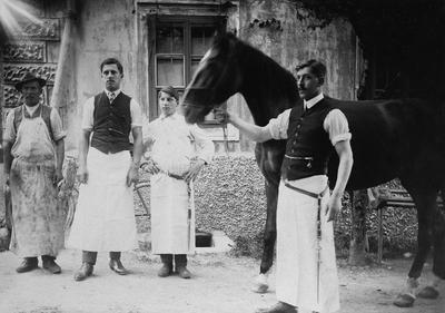 Mesar Lukan s pomočnikoma pred letom 1920