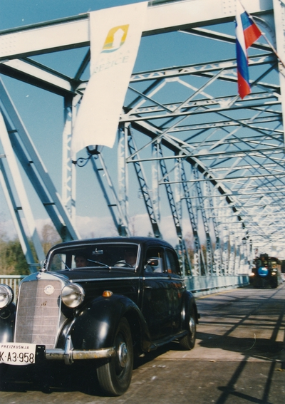 S starodobnikom čez brežiški most