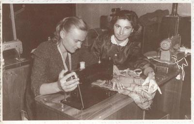 Učiteljica Marija Prešeren z udeleženko tečaja