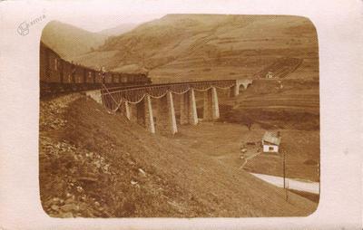 Vlak na železniškem mostu