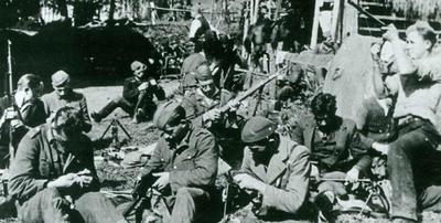 Borci Šlandrove brigade pri čiščenju orožja in pranju perila