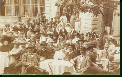 Gosti pred Zdraviliškim domom, začetek 20. stol.