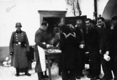 Delitev hrane zapornikom na Borlu, 1942