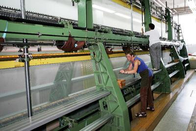 Delavki za vezilnim strojem