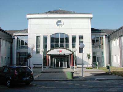 Bolnišnično dvorišče z vhodom