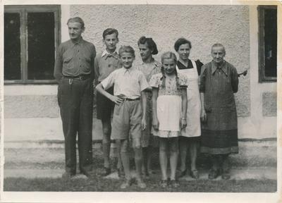 Savica Zorko s svojo družino pred hišo v Šentlenartu v Brežicah