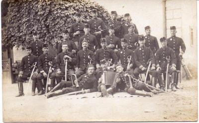 Skupina vojakov avstro-ogrske vojske na orožnih vajah
