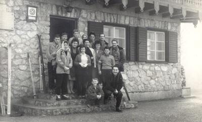 Pavle in Marjanka pred Tončkovim domom