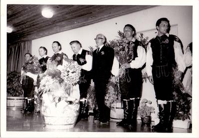 Pevci slovenskega okteta s Tonetom Kozlevčarjem, 1970