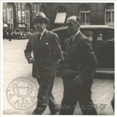 Ιούνιος. Ο Αλέξιος Κύρου και ο Ιωάννης Πολίτης στο συνέδριο για την Ειρήνη στο Παρίσι.