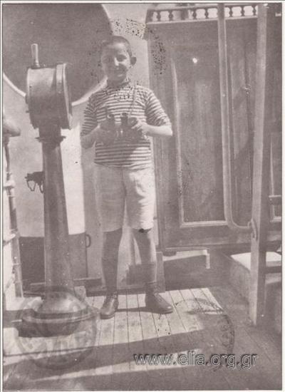 Παιδί με κυάλια στο καράβι.