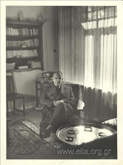Ο Κοσμάς Πολίτης (Πάρης Ταβελούδης) (1893 - 1974) στην οικία του στο Ψυχικό.