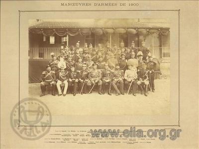 Ομαδικό πορτραίτο στρατιωτικών διαφόρων εθνικοτήτων σε αυλή.