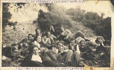 Ο Φώτος Πολίτης (στο κέντρο), με μαθητές της Επαγγελματικής Σχολής Θεάτρου.