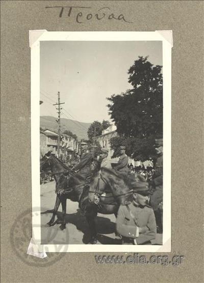 Το 6ο Σύνταγμα του Αρχιπελάγους παρελαύνει μπροστά στον υποστράτηγο Γεώργιο Πολυμενάκο, διοικητή του Γ' Σώματος Στρατού.