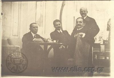 Οι υπουργοί της κυβερνήσεως Εθνικής Ενότητας, Σπυρίδων Σίμος, Ανδρέας Μιχαλακόπουλος, Νικόλαος Πολίτης και Κλ. Μαρκαντωνάκης (όρθιος) στο ξενοδοχείο Μεγάλη Βρετανία. Λήψη μετά την επιβολή του στρατιωτικού νόμου από τις Ξένες Δυνάμεις και την επίσημη ανάληψη της εξουσίας από τον Ελευθέριο Βενιζέλο.