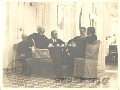 Ο πρωθυπουργός Ελευθέριος Βενιζέλος με τους υπουργούς του Κλ. Μαρκαντωνάκη, Σπυρίδωνα Σϊμο, Ανδρέα Μιχαλακόπουλο και Νικόλαο Πολίτη στο ξενοδοχείο Μεγάλη Βρετανία.