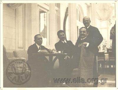 Οι υπουργοί της κυβερνήσεως Ελευθέριου Βενιζέλου, Σπυρίδων Σίμος, Ανδρέας Μιχαλακόπουλος, Νικόλαος Πολίτης και Κλ. Μαρκαντωνάκης στο ξενοδοχείο Μεγάλη Βρετανία.