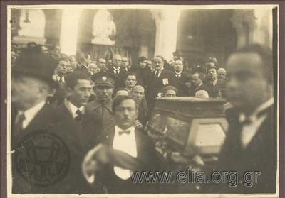 Η εκφορά του νεκρού του Φώτου Πολίτη από την Μητρόπολη. Στο βάθος ο Δήμαρχος Αθηναίων, Κώστας Κοτζιάς.