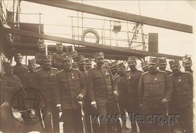 Πρώτος Βαλκανικός Πόλεμος, μεταφορά σερβικής μεραρχίας στο Δυρράχιο: Σέρβος ανώτατος αξιωματικός (Μέραρχος;) και το επιτελείο του στο κατάστρωμα ατμόπλοιου (13 Μαρτίου).