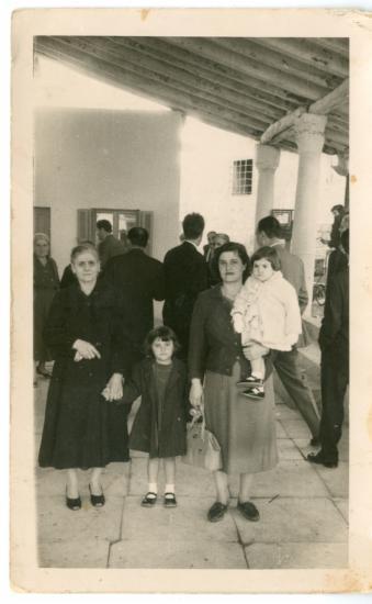 Γιαγιά, θυγατέρα και εγγονές