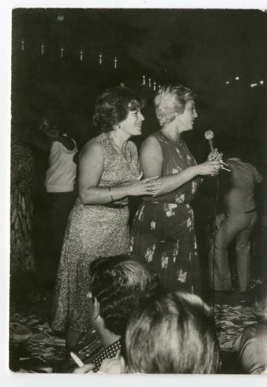 Με την τραγουδίστρια Πόλυ Πάνου