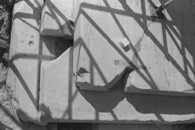 Μαρμάρινο εμπόλιο για την σύνδεση της βάσης του έκτου κίονα της ανατολικής πρόστασης με τον στυλοβάτη