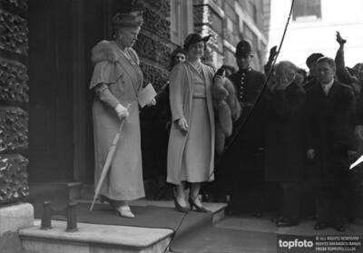 Queen Elizabeth and Queen Mary