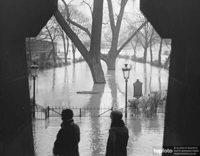 Paris Floods ._x000D_ A view taken
